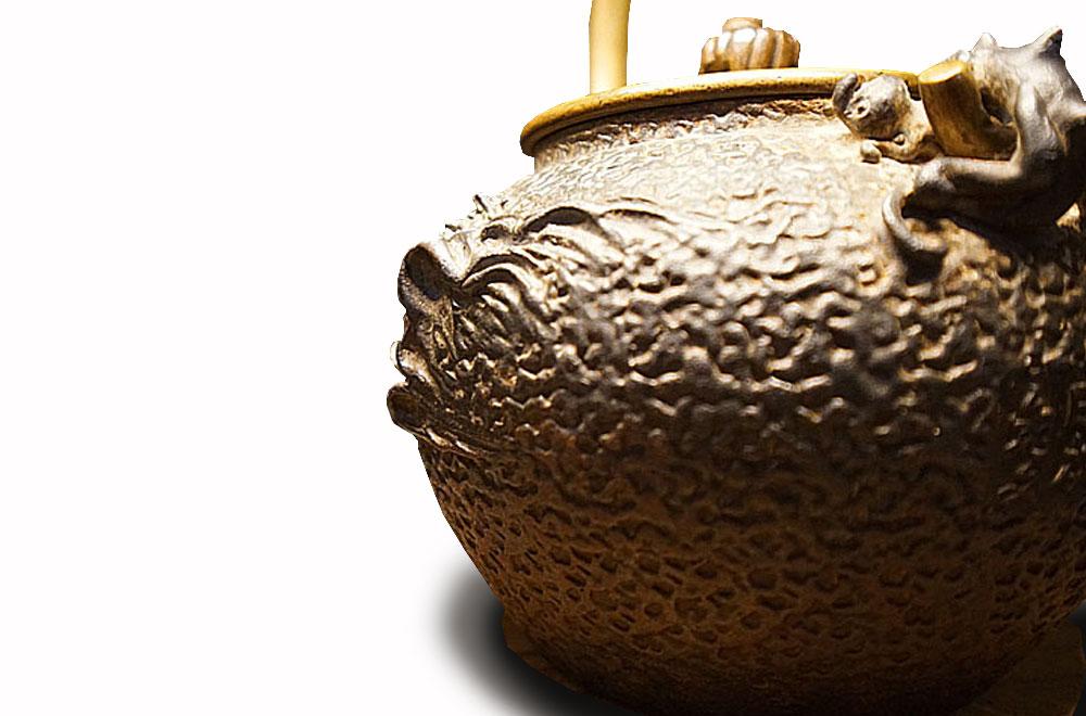 一見古美術生活 ‧ 難得一見 【波多野正平體制‧龜文堂舟亭嵌銀波千鳥紋飾小鐵壺】