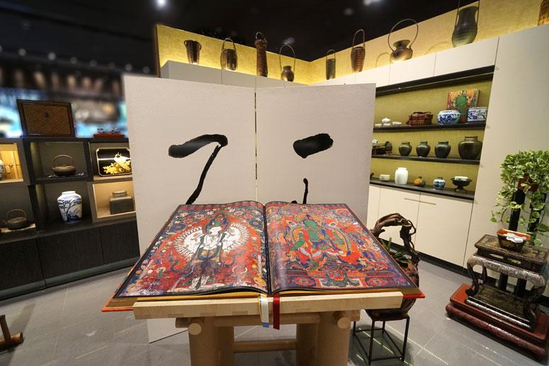 「見即解脫!」不可錯過「遺世而獨立的美學指南」《Murals of Tibet》(西藏壁畫),目前正在一見古美術的櫃位上展示。